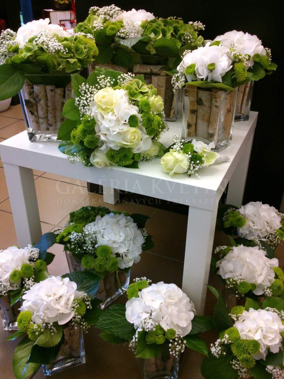 b06585b1934b Čistota týchto kvetinových dekorácií vyzdvihuje svadobnú udalosť ako takú.  Celá svadobná dekorácia kvetov bola robená presne podľa požiadaviek nevesty  a ...
