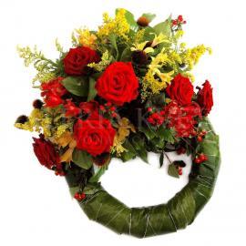Smútočný veniec z ruží a alstromérií