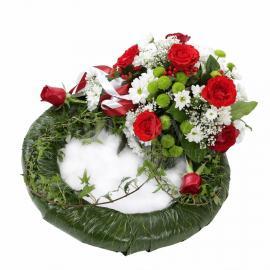 Smútočný veniec z ruží a chryzantém