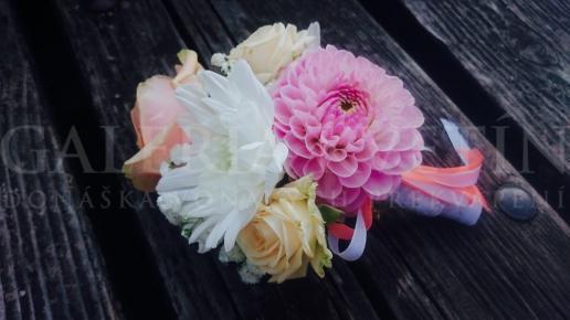 Kvetinová brošňa pre svadobnú mamu Kráľovnin moment