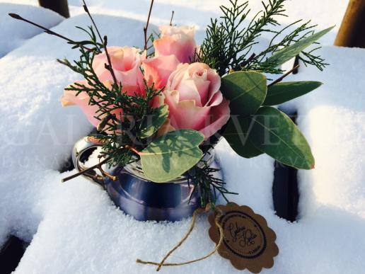 Malá svadobná ikebana v šálke Lesná zima